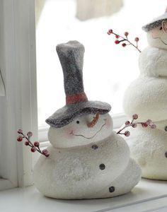 Kleiner Schneemann ⛄ aus Keramik :-), sieht aus, als ob er ein bißchen Wärme  abbekommen hat  - so unförmig ist das Unterteil. Aber trotzdem ist's eine tolle Dekoration für die Winterzeit! ❄