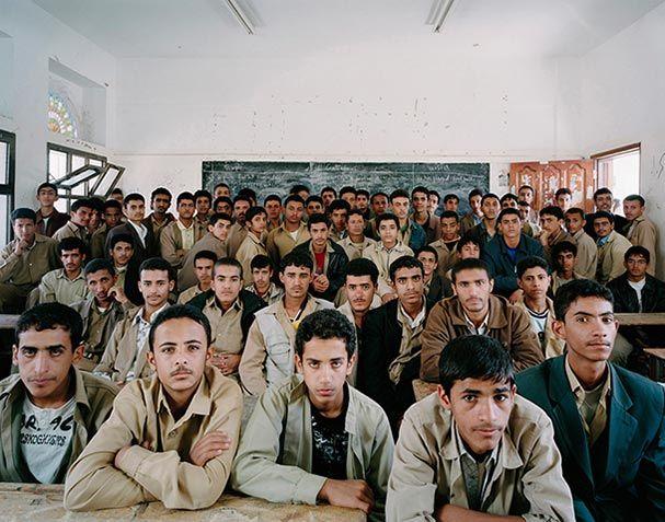 BEELD 13: Dit is een klasfoto van een tweede middelbaar in Yemen. De foto werd getrokken door de fotograaf Julian Germain voor zijn reportage 'Classroom Portraits'.