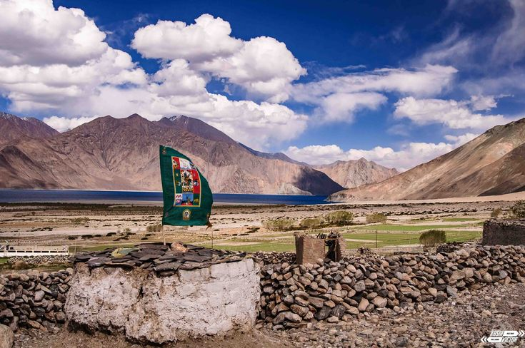 El lago Pangong es una de las mayores atracciones que hay en Ladakh y con razón; situado a 4200 metros de altitud, rodeado por picos, muchos de ellos, de más de 6000 metros y con aguas de cientos de tonalidades de azules.  La mayoría de los turistas hindúes sólo