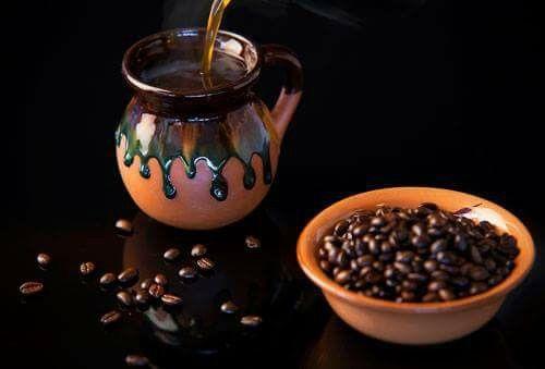 Café en jarro de barro, mexicano