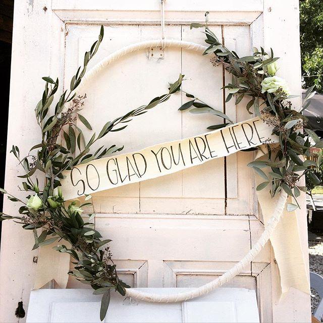 Voor de bruiloft van E&N dit weekend, maakte Ik flowerhoops. Met eucalyptus en olijftakken. Styling: #oh_happy_day_styling .handlettering #justbeceausebynan #styling #wedding #bruiloftstyling #weddingstyling #leiderdorp #delindenhof #frenchweddingstyle #handmadeweddingdecoration #sogladyouarehere
