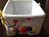 Bebek ve çocuklarınızın eşyaları için şık içi dolgulu keçe figürler ile süslenmiş hasır sepet.