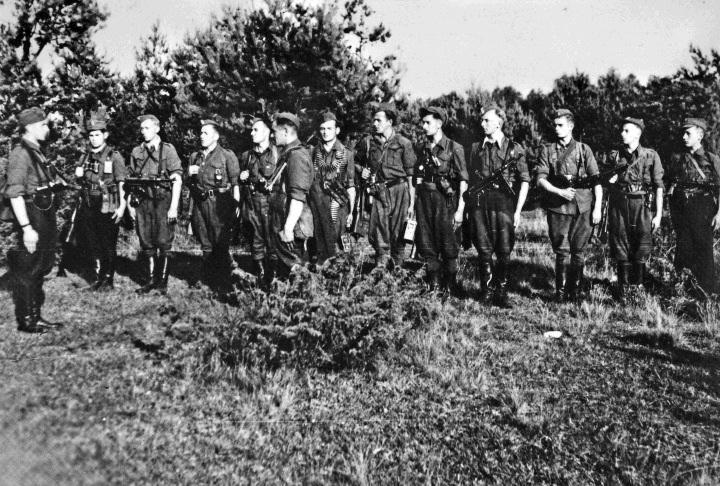 """Sokołowski Obwodowy Patrol Żandarmerii ppor. Adama Tutaka """"Znicza"""" na chwilę przed wymarszem z miejsca postoju (wiosna 1945 r.) 1037681,551697,9.jpg (720×486)"""