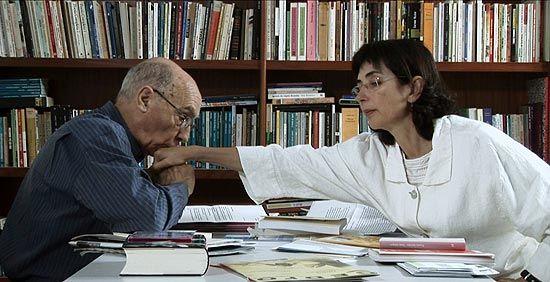 """Eventos marcam os 90 anos de nascimento de José Saramago: o escritor português José Saramago beijando a mão da mulher, Pilar Del Río, em cena do filme documentário """"José & Pilar"""" (Jornal FSP)."""