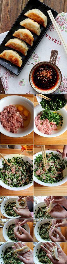 raviolis 1 paquet de pâte (300g), 1 petit bouquet de ciboulette chinoise, 500g de porc haché, 2 oeufs de taille moyenne, 1 pouce de gingembre, 2 cuillères à café d'huile, sel, poivre blanc
