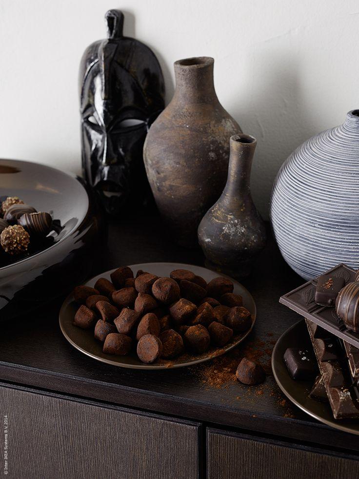 REGISSÖR är formgiven av designduon Marianne Hagberg och Knut Hagberg som ville skapa en trämöbel med genuin hantverkskänsla. DINERA assietter dignar av choklad.