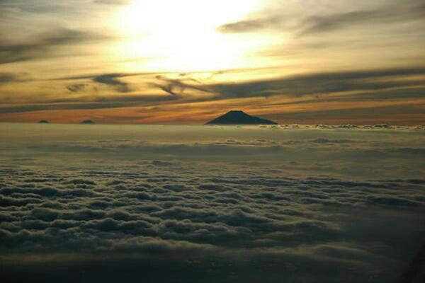 Melihat puncak gunung Slamet dari puncak Ciremai di Kuningan, Jawa Barat, Indonesia. http://t.co/nYyj40XoOp