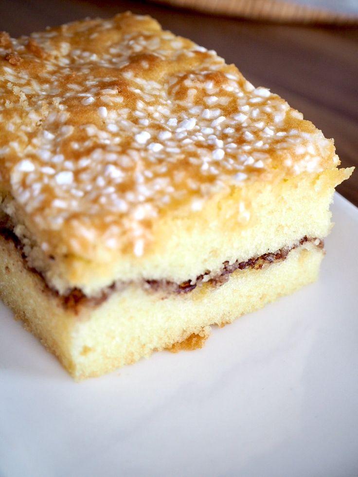 Hörni!Igår bakade jag en helt fantastisk kaka förstår ni. Gillar ni sockerkaka och kanelbullar kan jag lova att denna kommer vara magiskt god!Mamma och pappa smaskade förnöjsamt, Tony höll på att smälla av för den var så god. Helt klart bra betyg! RECEPT:4 ägg1 dl mjölk100 g rumsvarmt smör1,5 dl st