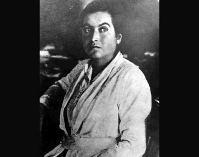 Gabriela Mistral (Chile, 7 de abril de 1889- Estados Unidos, 19 de enero de 1957), premio Nobel de Literatura en 1945. La poesía de la escritora chilena se ha traducido a varios idiomas y ha sido muy influyente en otros autores latinoamericanos como su compatriota Pablo Neruda, a quién conoció cuando este era muy joven y apenas había empezado su actividad literaria.