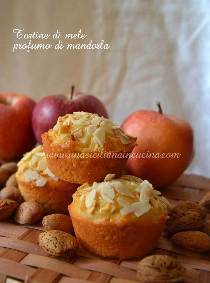 Tortine di mele e ricotta profumate alla mandorla deliziose per iniziare la giornata. Sono ottime anche per una buona merenda.