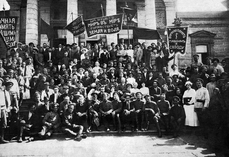 Consejo de Diputados de los Trabajadores y Soldados.  En las escaleras de la Casa del Pueblo, mayo - junio de 1917, Chelyabinsk.  Una de las últimas imágenes del Consejo no dividido, cuando los bolcheviques, los socialistas revolucionarios y los mencheviques aún no estaban divididos organizacionalmente.  Los bolcheviques y los socialistas revolucionarios tenían ventaja en el Soviet de Chelyabinsk.  En la foto: SM Zwilling, E. L. Vasenko (quien reemplazó a Zwilling como presidente del Consejo…
