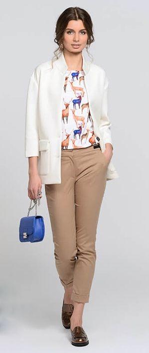 Синее пальто, молочное платье, бежевая сумка, коричневые сапоги