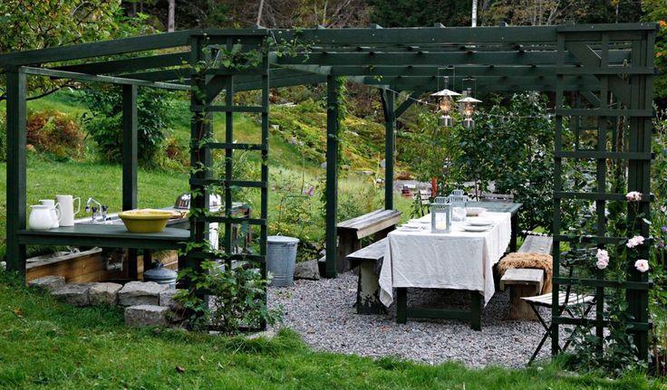 Her er det plass til mange rundt bordet! En liten kjøkkenbenk er praktisk å ha når du skal grille. Pleksiglasstak over kjøkkendelen gjør det mulig å grille i regnvær også. Lampene er kjøpt på Åhléns.