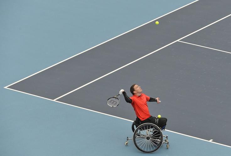 Jamie Burdekin de Gran Bretaña sirve a su compatriota Peter Norfolk durante un evento de tenis en silla de ruedas antes de los Juegos Paralímpicos de Londres 2012, en Eton Manor, en el Parque Olímpico de Stratford, Londres, el 04 de mayo de 2012. | Créditos: REUTERS / Toby Melville