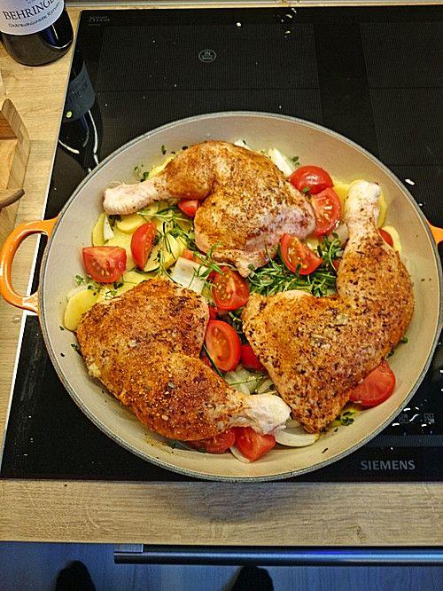 Knusprige Hähnchenschenkel mit Tomaten und Knoblauch
