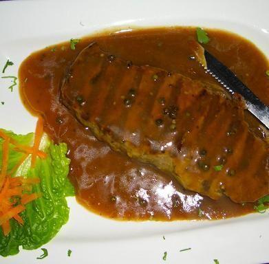 Cómo hacer salsa a la pimienta verde. La salsa a la pimienta verde es una de las más clásicas dentro del mundo de la cocina. Existen distintas maneras de prepararla. En este artículo os presentamos cómo hacer la salsa la pimienta verde de...
