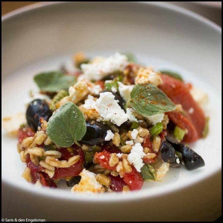 Salade van farro met geroosterde paprika. Ottolenghi-Plenty. Ster van de show is het gerookt paprikapoeder, dat de smaken van de geroosterde paprika, olijven, fèta, 'het favoriete graan van Italië' farro bij elkaar brengt en versterkt. Enige verandering: ik gebruikte puntpaprika in plaats van gewone paprika; dat extra zoete toetsje doet het goed in dit gerecht.