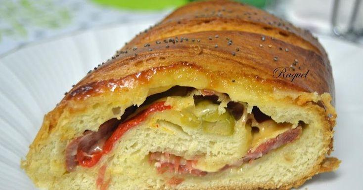 Pan de briox relleno de jamón, queso, pimiento asado y aceitunas