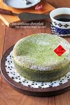 溶けない粉糖をふりかけ、抹茶パウダーをふりかける。 熱湯で温めた包丁でカットする。