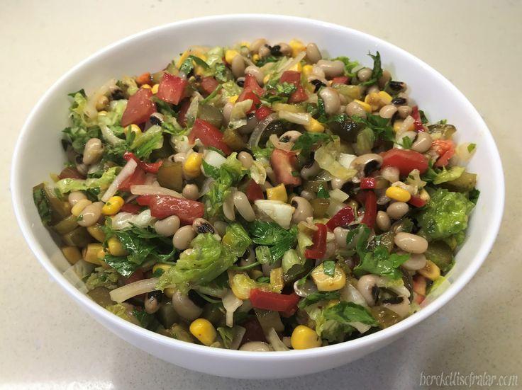 BÖRÜLCE SALATASI  Börülce salatası kolay ve doyurucu bir salata çeşidi. Sadece börülceleri hazırlamak vaktiniz alır gerisi gerçekten çok kolay. Börülceyi ıslatıp yada ıslattıktan sonra haşlayarak derin dondurucuda saklayabilirsiniz. Bu şekilde salatanızı hazırlamak daha kolaylaşır. Börülce salatası hazırlarken içindeki malzemelerden istediğinizi çıkarıp ya da farklı malzemeler ekleyebilirsiniz. Mesela kuru soğan yerine taze soğan, kırmızı biber yerine közlenmiş kırmızı… Yazının devamını oku…
