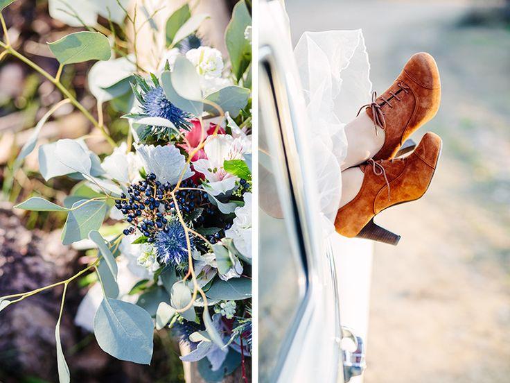 Detalle de ramo y zapatos de novia originales en esta boda de invierno.