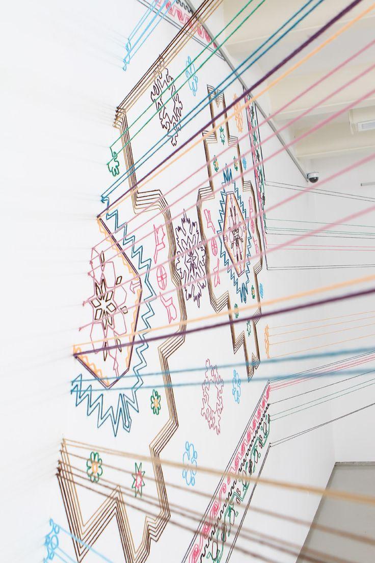空間に編まれたラグ。アゼルバイジャンのアーティストによるインスタレーション。