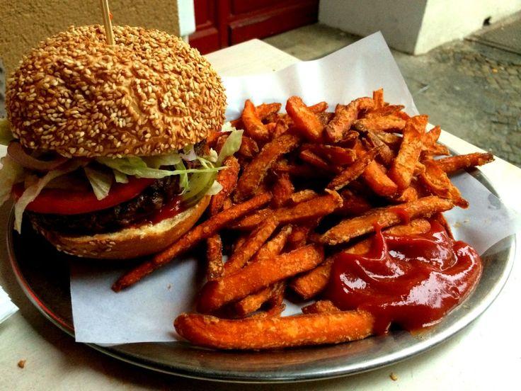 Burger & Süßkartoffel-Pommes im Schiller Burger in Berlin Friedrichshain. #burger #berlin