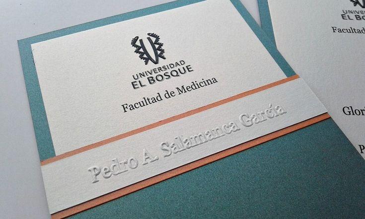 Invitaciones para Grado Casa Papelera El Cedro Franja Repijada y escudo del Bosque impreso y Repujado Ref-TG10
