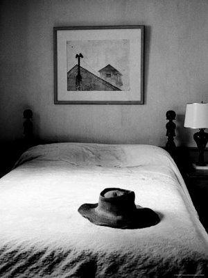 ¿Sabías que poner un sombrero sobre la cama da mala suerte? Es presagio, en España e Italia, de que algo malo va a ocurrir. Esta superstición tiene otro significado: que se te quedará la mente en blanco. Esta creencia viene probablemente del simbolismo del sombrero, que representa la cabeza y los pensamientos y es símbolo de identificación personal.