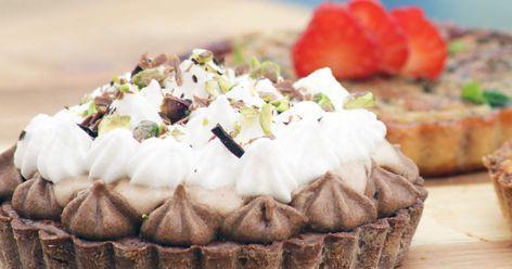 Chokladigt pajskal som fylls med mjölkchokladkräm och pistagenötter.