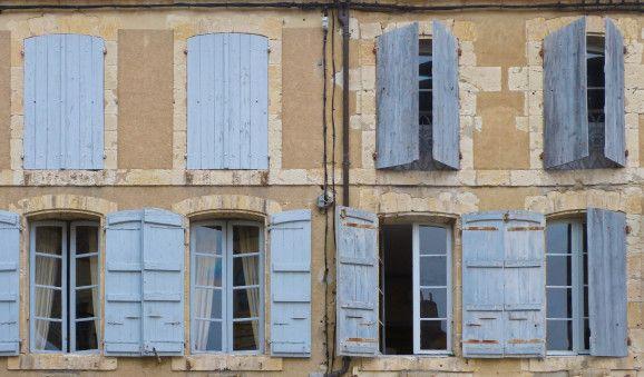 Maisons à Lectoure Bonjour, Je suis passée l'autre jour à Lectoure, dans le Gers, et suis allée visiter l'atelier qui a remis au goût du jour le pastel des teinturiers. Comme vous le savez, je suis passionnée par les couleurs et ne pouvais pas manquer...