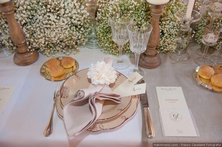 Segnaposto elegante con tovagliolo e fiori freschi per un matrimonio dallo stile moderno e sofisticato