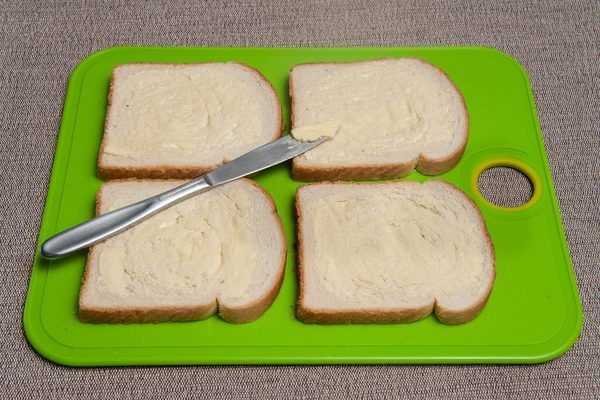 Finger sandwiches are small, dainty sandwiches that generally contain only a thin layer of ingredients. A finger sandwich is generally only a third or a quarter the size of a normal sandwich. The fillings can include ingredients such as cucumbers, chicken salad, cheese, watercress, cream cheese and other similarly delicate items. You can make...