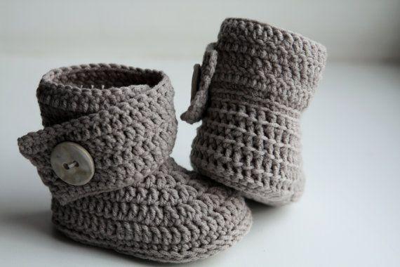 Dies ist ein MUSTER für Gehäkelte Babyschuhe - Stiefel {Ugg}.  Schöne warme Babyschuhe! Es arbeitet sehr schnell auf!  Schwierigkeitsgrad: leicht.  Größen: 0-6, 6-9, 9-12 Monate.  Material: 100 % Merino Platin. * 70 gr. - grau, 282 m. * Crochet hook 3 mm oder Größe erforderlich, um zu messen. * 2 Tasten. * Faden und Nadel.  ALLE MEINE MUSTER SIND IN AMERIKANISCHEN STANDARDBEDINGUNGEN GESCHRIEBEN! Für Ihren Komfort gibt es Schritt-für-Schritt-Beschreibung und viele Fotos. Sie können mich…