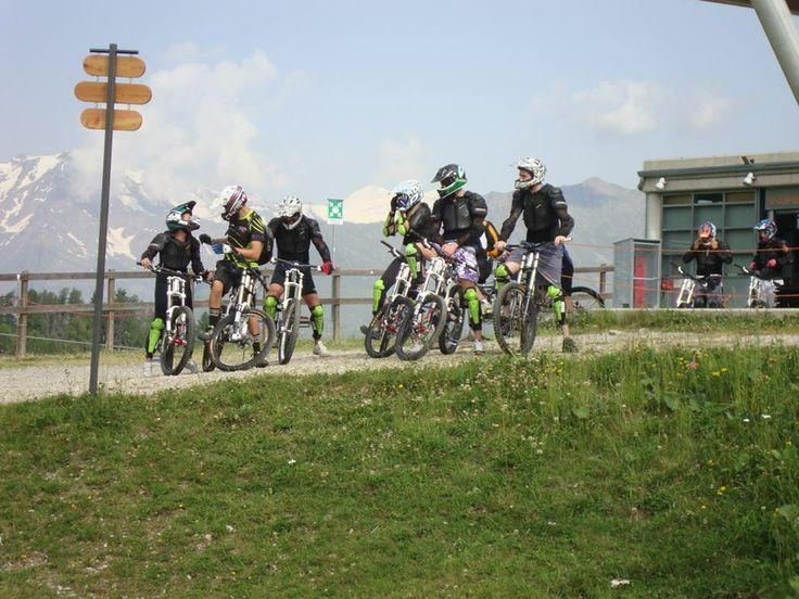 Downhill val di sole Downhill trentino Corsi downhill per tutti, dai neofiti ai più bravi, comprese donne e ragazzini.  www.centrobikevaldisole.com