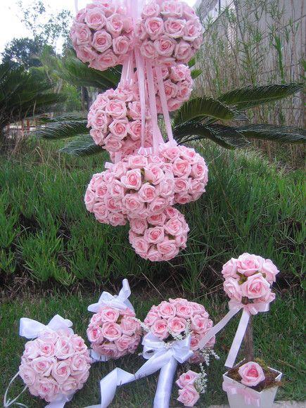 *Podem ser vendidos separadamente, faça seu pedido e informe o que gostaria*  Valor bouquet noiva: consulte - lapela noivo brinde Porta Alianças valor unitário: R$ 70,90 Bola Flores M ( 15x15) valor unitário: R$ 43,90 Topiara rosas para madrinhas valor unitáio: R$ 22,90  Material das rosas em e.v.a. material perfeito pois imita o toque, aparência e textura de uma rosa natural!  Rosas disponíveis nas cores: champagne,branco puro,lilás,roxo,rosa bebe,laranja,amarelo e vermelho