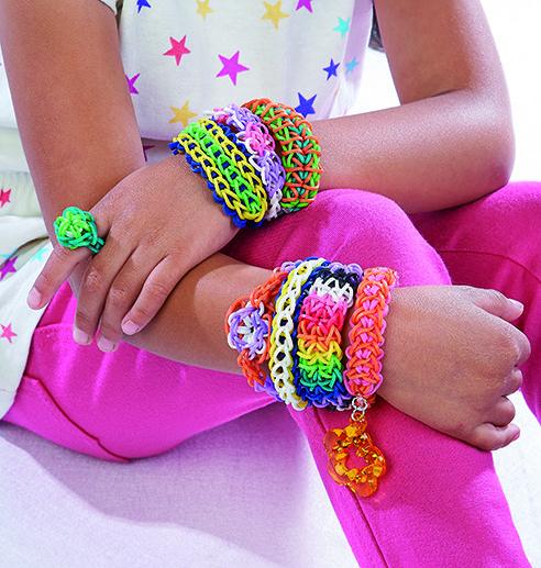 Pulseras y anillos a la moda hechas con puras ligas de colores