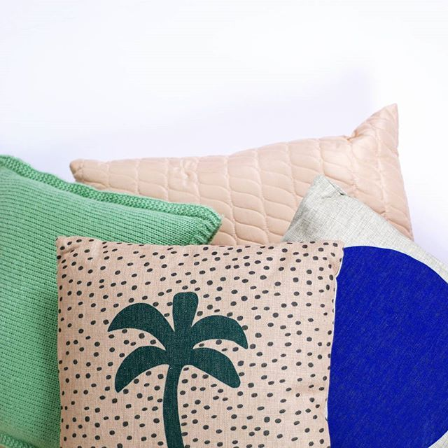 A festive combination of colors, print and materials! #pillows #interiorinspiration #interiordesign #textile #palmtree #festamsterdam #colorful #colors #homedecor #homewares