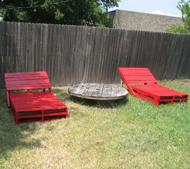 pallet garden loungers. Oh my hubby is gonna hate me