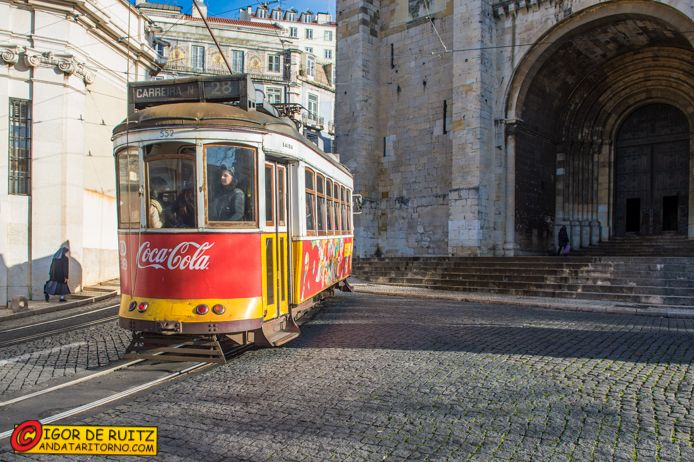 Lisbona - Il tram 28 sale all'Alfama.
