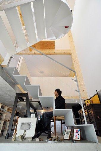 2階へ上がる途中に設けられた、石田さんのPC用のワークスペース。