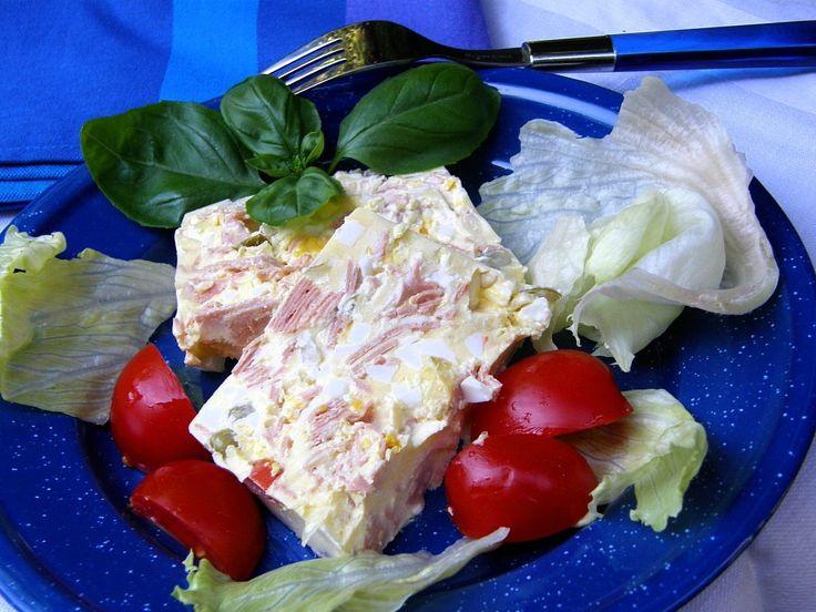 Uvaříme vajíčka na tvrdo, mezitím si nasekáme cibuli na drobno a salám na malé kostičky. Zeleninu do salátu scedíme, ale vodu nevylíváme,...