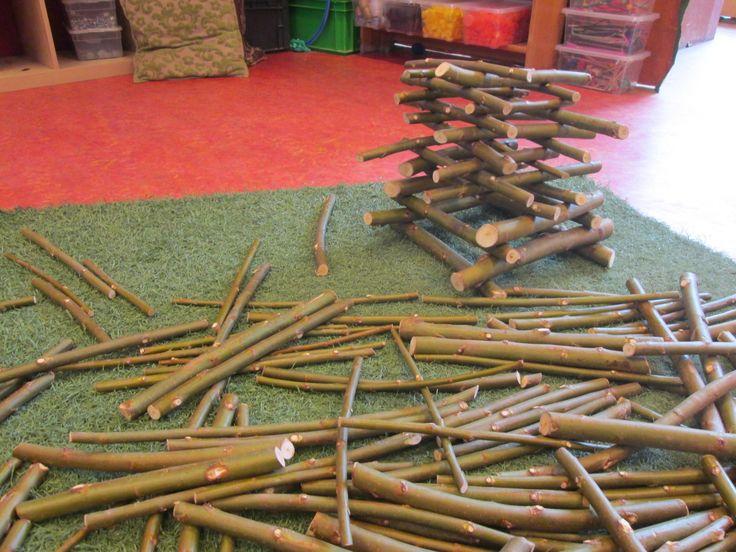 Spelen en bouwen met snoeiafval. Nutsschool Maastricht