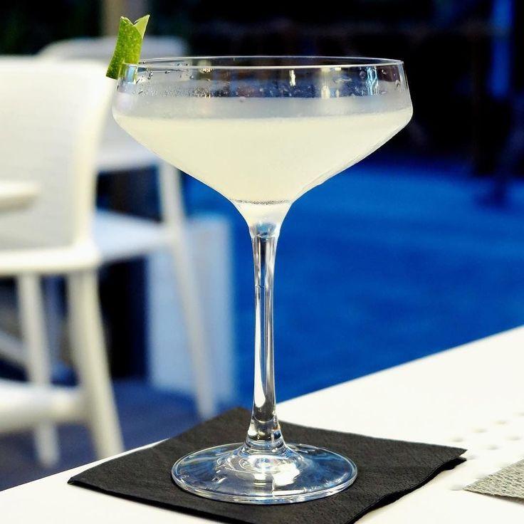 Feliz día mundial del Daiquirí!  La fecha comúnmente se asocia con la fundación del Restaurante-Bar El Floridita. Y aunque hay muchas versiones acá les dejamos la receta oficial de IBA.com:  45 ml Ron Blanco. 15 ml Jarabe simple. 25 ml Jugo de lima fresco.  Agregar los ingredientes en la coctelera con hielo y servir colado en una copa coctel. - - - - -  #Daiquirí #Cuba #Ron #Bacardi #ElFloridita  #spirits #cocktail #alcohol #liquor #cocktailporn #cocktailphotography #cocktailsofinstagram…
