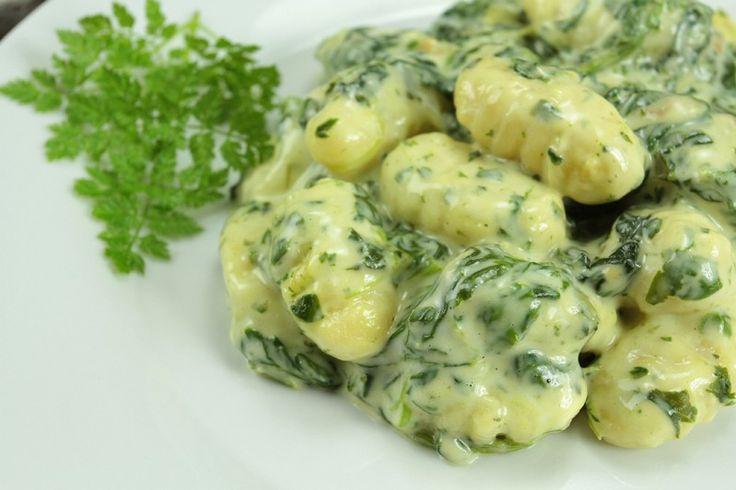 Gli gnocchi di pane cremosi con spinaci sono un primo piatto molto semplice da preparare ma saporito ed irresistibile. Ecco la ricetta