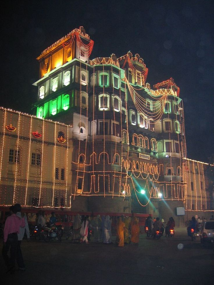 Rajwada,the pride of Indore!  Indore is the business capital of Madhya Pradesh. It is around 200km from the capital city, Bhopal. It is connected through airways and railways by almost every part of  India.