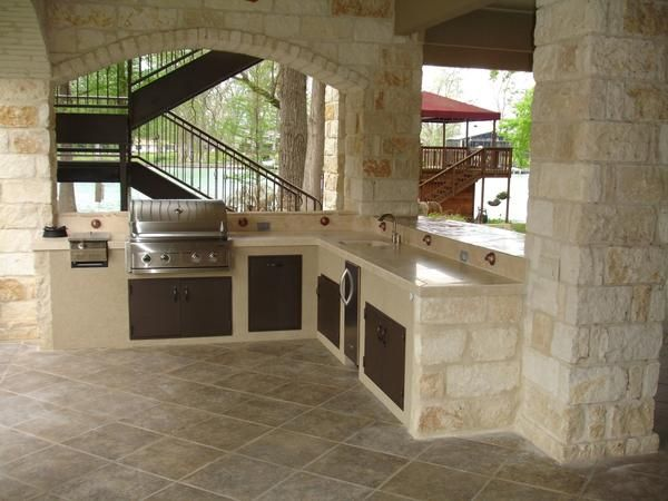 Летняя кухня на террасе с отделкой из известняка