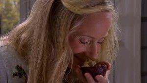Alexandra doftar på en avokado