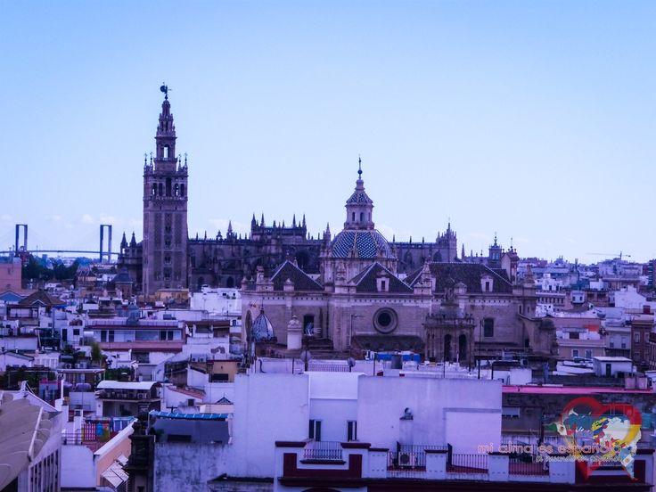 La vista a la Giralda y la Catedral de Sevilla desde las Setas de la Encarnación. Sevilla, Andalucía, España.