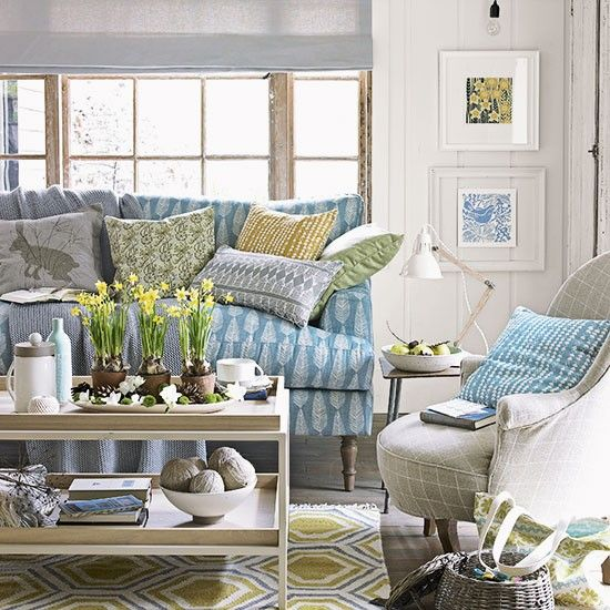 Country living room with blue patterned sofa | Decorating